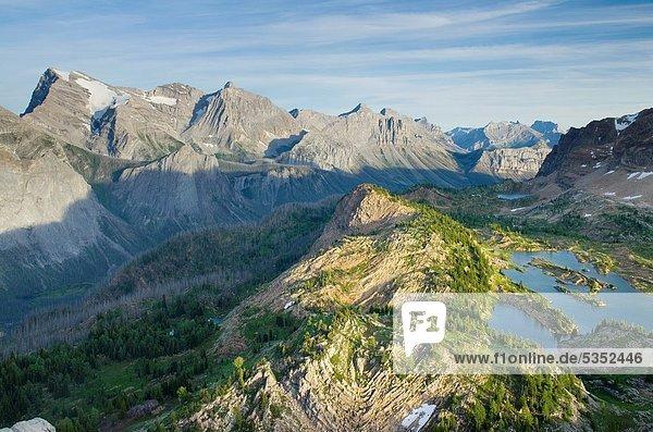 hoch  oben  nahe  See  Anordnung  Ländliches Motiv  ländliche Motive  Rocky Mountains  britisch  Kanada  gefaltet  Karst  Kalkstein
