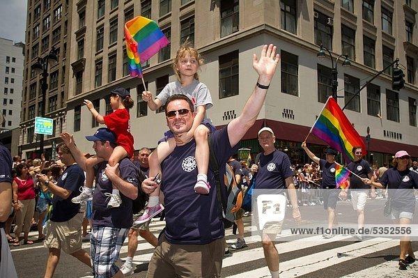 Stolz  beobachten  Homosexuelle Frau  Frauen  Lesbisch  Lesbe  Lesben  marschieren  42nd Street  Allee  neu  Parade