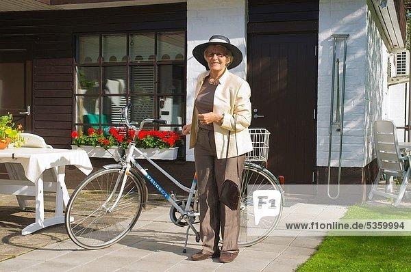 hoch  oben  Europa  Party  70-80 Jahre  70 bis 80 Jahre  Kleidung  früh  Finnland