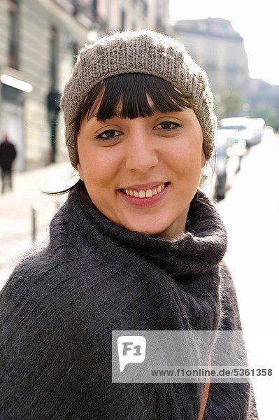 Portrait  Frau  Winter  sehen  lächeln  Hut  Blick in die Kamera  jung
