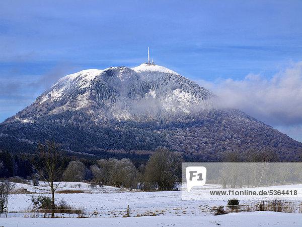 Der Vulkan Puy de DÙme im Winter  Auvergne  Frankreich  Europa