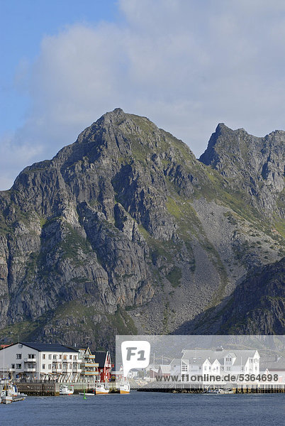 hinter Felsbrocken Europa Gebäude Boot weiß Norwegen angeln rot Inselgruppe Lofoten typisch nordland steil