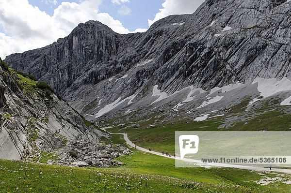 Auf dem Gipfel-Erlebnisweg der Alpspitzbahn  Garmisch-Partenkirchen  Wettersteingebirge  Oberbayern  Bayern  Deutschland  Europa