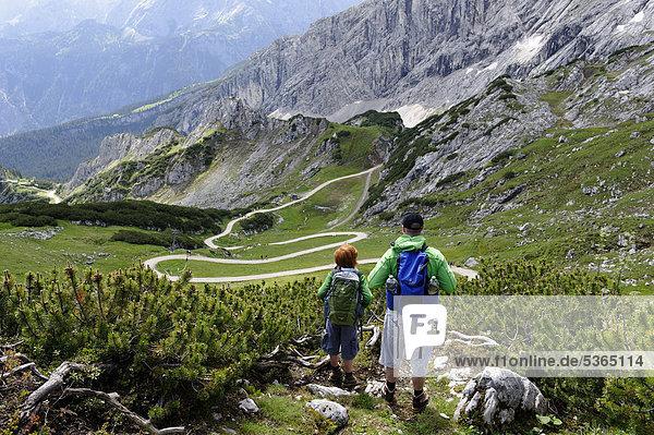 Vater und Sohn auf dem Gipfel-Erlebnisweg der Alpspitzbahn  Garmisch-Partenkirchen  Wettersteingebirge  Oberbayern  Bayern  Deutschland  Europa
