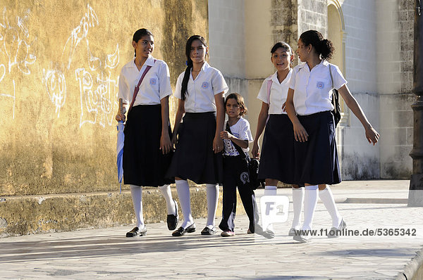 Schulweg  Schülerinnen gehen zur Schule  Leon  Nicaragua  Zentralamerika