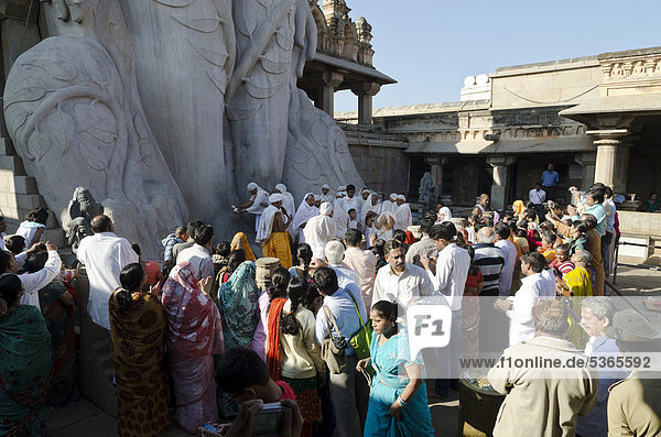 Pilgrims on Indragiri hill in Sravanabelagola to receive the blessings of Bahubali by the local priests  Karnataka  India  Asia