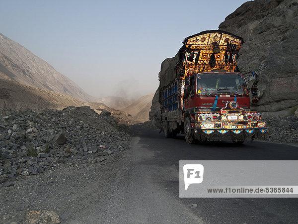 Ein bunt-dekorierter LKW fährt den Karakorum Highway hinauf  Chillas  Nordwestliche Grenzprovinz  Pakistan  Südasien  Asien