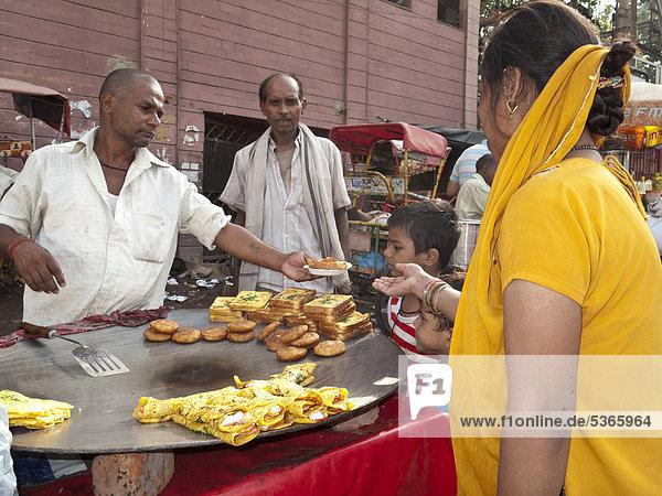 Leckere Snacks werden am Ausgang der Metro in New Delhi verkauft  New Delhi  Neu-Delhi  Indien  Asien