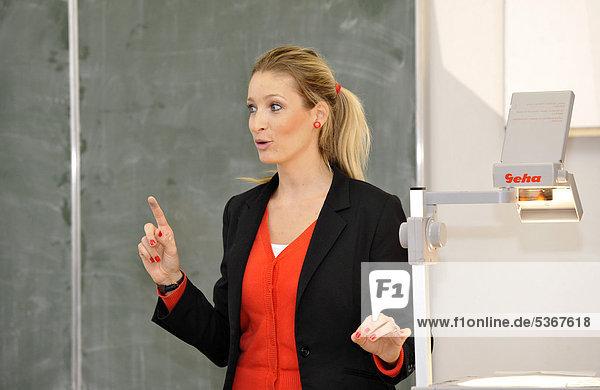 Junge Englischlehrerin  Referendarin  während Unterricht