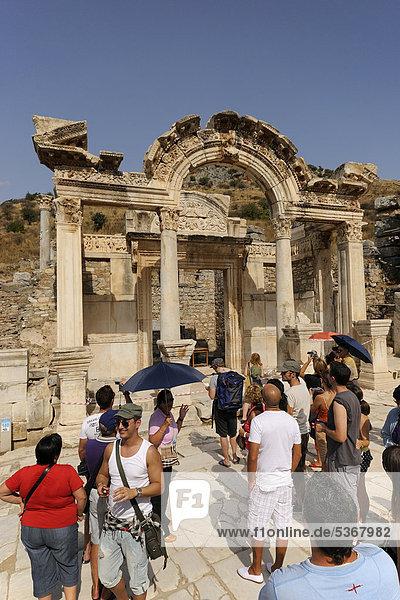 Hadriantempel an der Kuretenstraße mit Touristengruppe  Ausgrabungen  Ruinen von Ephesos  Ephesus  Efes  Weltkulturerbe der UNESCO  Selcuk  Lykien  Südwesttürkei  Westküste  Westtürkei  Türkei  Europa  Vorderasien  Asien