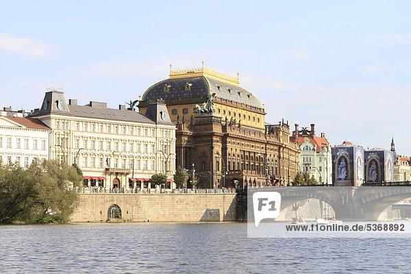 Nationaltheater von der Moldau aus  Prag  Tschechische Republik  Europa