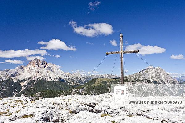 Gipfelkreuz  Monte Piano im Hochpustertal  Dolomiten  hinten die Hohe Gaisl  Südtirol  Italien  Europa Gipfelkreuz, Monte Piano im Hochpustertal, Dolomiten, hinten die Hohe Gaisl, Südtirol, Italien, Europa