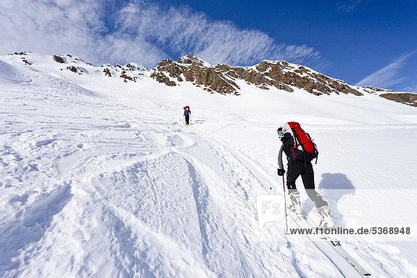 Skitourengeher beim Aufstieg zum Staudenberg Jöchl in Ridnaun oberhalb Schneeberg  Sterzing  Südtirol  Italien  Europa Skitourengeher beim Aufstieg zum Staudenberg Jöchl in Ridnaun oberhalb Schneeberg, Sterzing, Südtirol, Italien, Europa