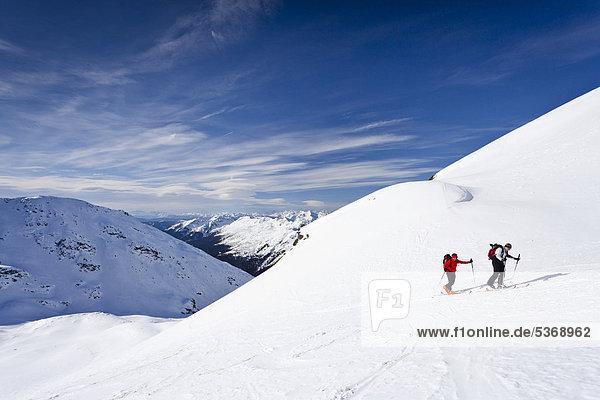 Skitourengeher beim Aufstieg zum Hörtlahner oberhalb von Durnholz  hinten das Sarntal und dessen Gebirge  Südtirol  Italien  Europa Skitourengeher beim Aufstieg zum Hörtlahner oberhalb von Durnholz, hinten das Sarntal und dessen Gebirge, Südtirol, Italien, Europa
