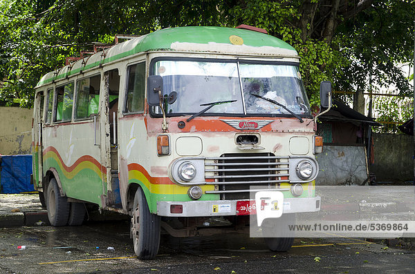 Bunt bemalter alter rostiger Bus der Marke Hino  Yangon  Rangun  Myanmar  Birma  Burma  Südostasien  Asien