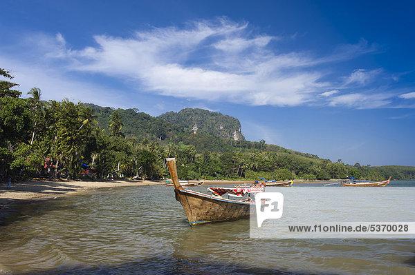 Longtailboot am Palmenstrand  Insel Ko Muk oder Ko Mook  Trang  Thailand  Südostasien  Asien