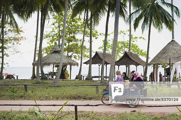 Motorradtaxi mit Frauen auf der Strandstraße  Insel Ko Jum oder Ko Pu  Krabi  Thailand  Südostasien  Asien