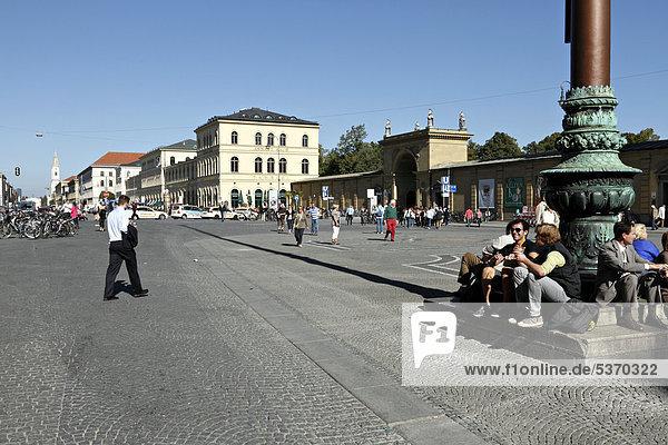 Odeonsplatz in Richtung CafÈ Tambosi und Ludwigstraße  München  Oberbayern  Deutschland  Europa