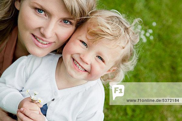 Mutter und Tochter halten Daisies  Vogelperspektive Porträt