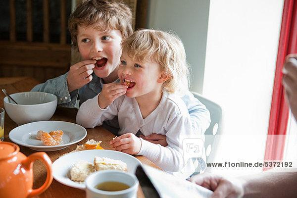Bruder und Schwester beim Frühstücken