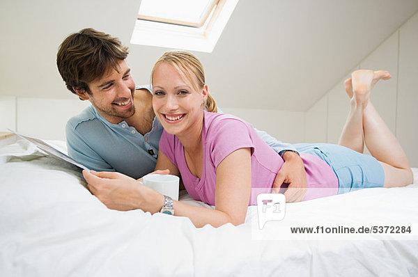 Junges Paar entspannt auf dem Bett