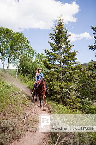 Frau Reiten durch Beaver Creek  Colorado  USA