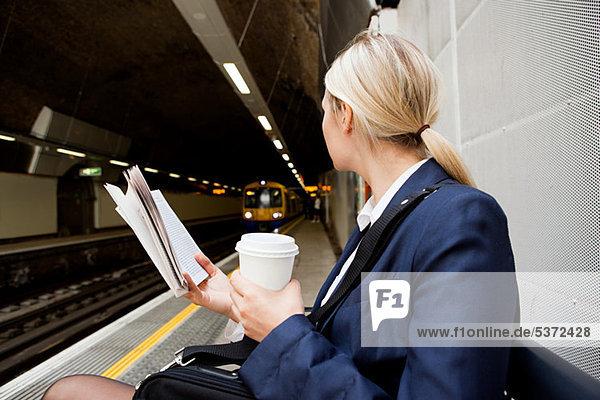 Geschäftsfrau wartet auf Londoner Überlandzug