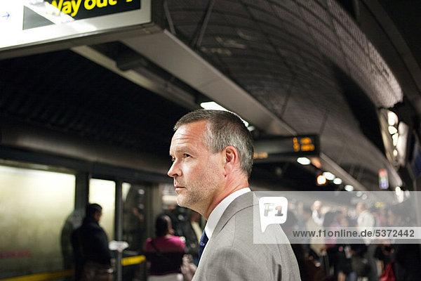 Geschäftsmann in der U-Bahn-Station