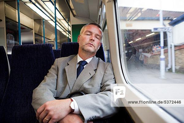 Pendler schlafen auf dem Zug