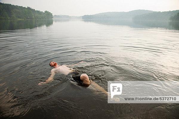 Mittleren erwachsenen Menschen schwimmen im See