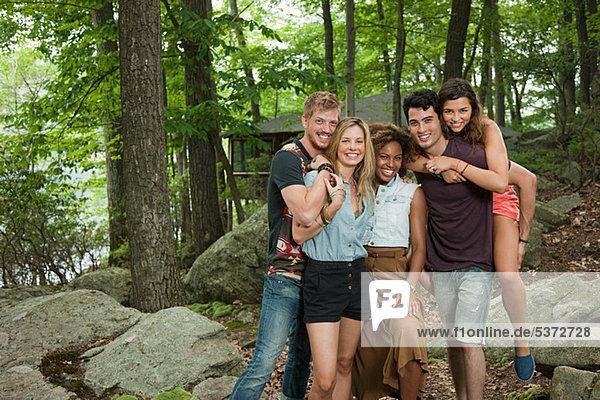 Porträt von Freunden im Wald
