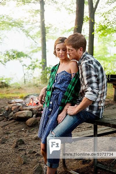 Paar sitzen zusammen im Wald