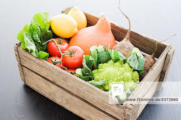 Holzkiste mit frischem Gemüse Holzkiste mit frischem Gemüse