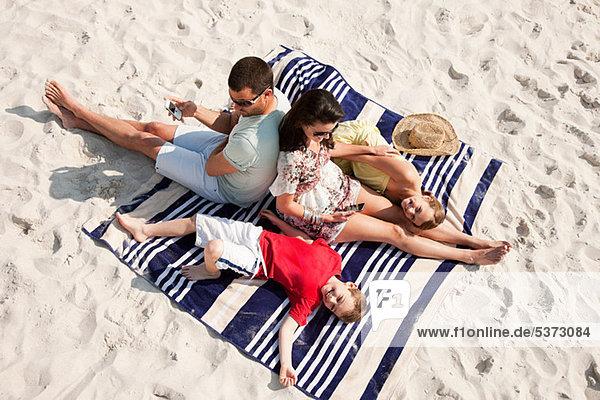 liegend liegen liegt liegendes liegender liegende daliegen sitzend Zusammenhalt Strand Teppichboden Teppich Teppiche