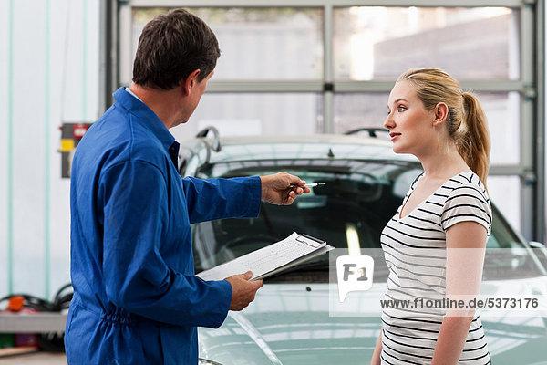 junge Frau junge Frauen Diskussion Auto Mechaniker