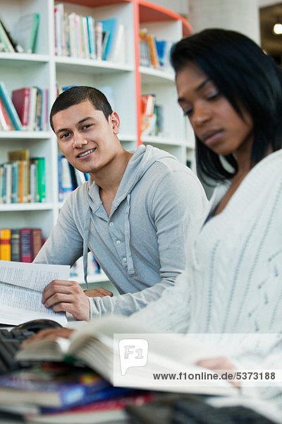 Studenten lesen Lehrbücher in College-Bibliothek  Porträt