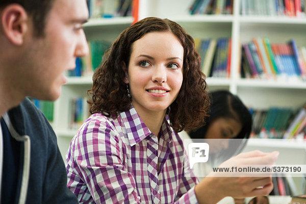Studenten lächelnd im Klassenzimmer