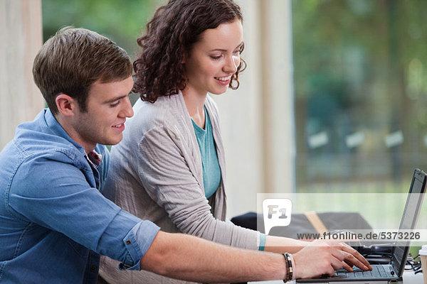 Universität Student paar working on laptop