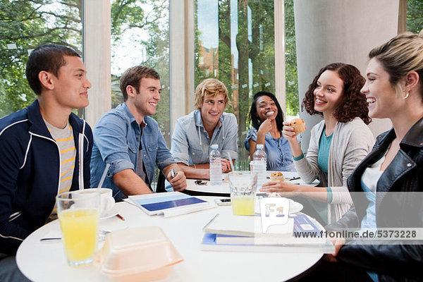 Studenten im College-Café