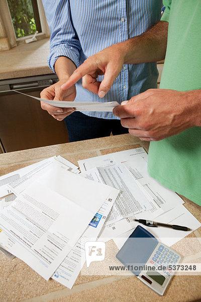 Ein reifes Paar  das sich die Rechnungen der Haushalte ansieht.