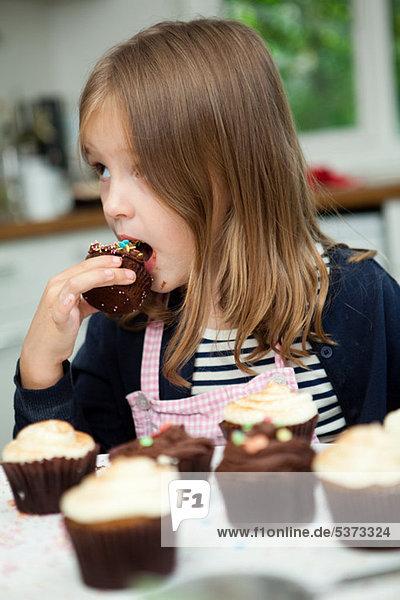Mädchen essen Schokoladenkuchen