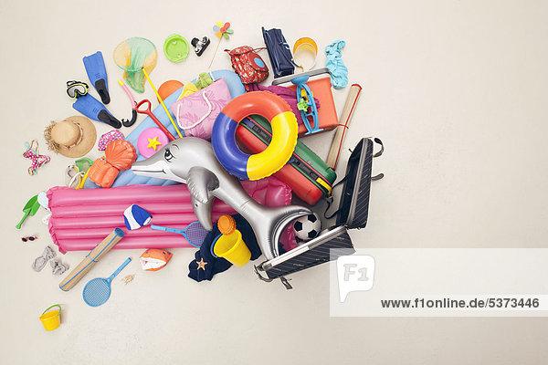 Deutschland  Kunstszene mit Strandspielzeug aus dem Gepäck