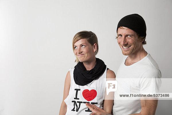 Paar auf weißem Hintergrund stehend  lächelnd