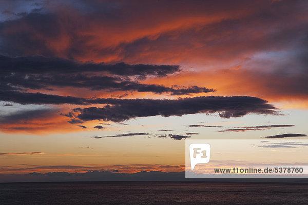 Italien  Ligurien  Blick auf den Sonnenuntergang am Mittelmeer