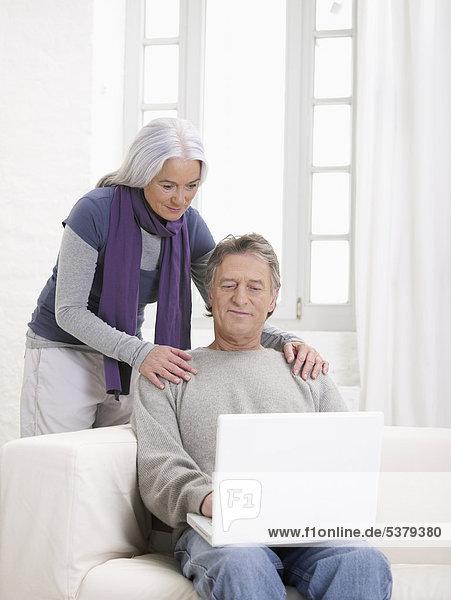 Deutschland  Hamburg  Seniorenpaar mit Laptop