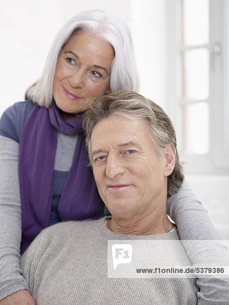 Älterer Mann lächelt  Frau schaut weg