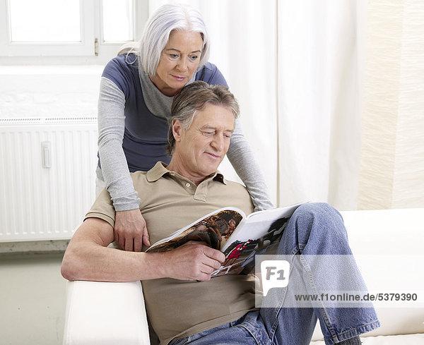 Deutschland  Hamburg  Seniorenpaar Lesemagazin