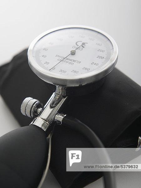 Blutdruckmessgerät auf weißem Hintergrund  Nahaufnahme