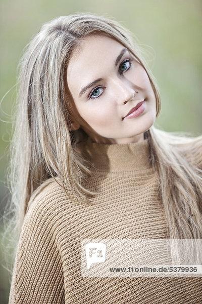Nahaufnahme einer lächelnden jungen Frau  Porträt
