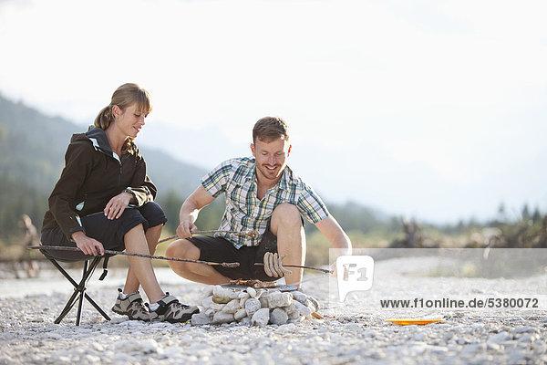 Deutschland  Oberbayern  Paar Zubereitung von Speisen